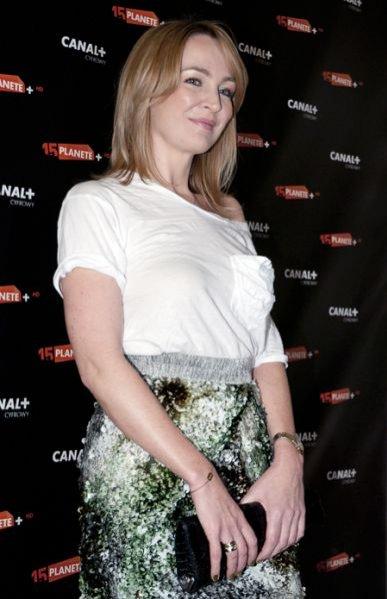 Anna Puślecka na piętnastoleciu Planete+ w cekinowej spódnicy
