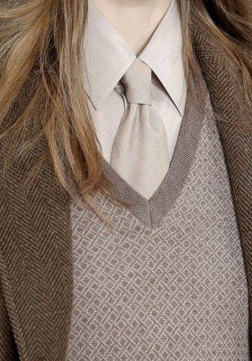 DRESS CODE DLA PAŃ – SWETER W SEREK
