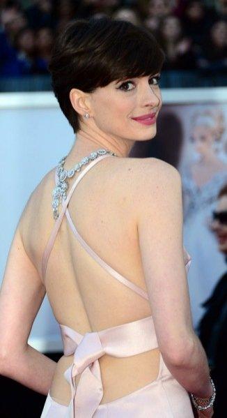 Anne Hathaway w sukni Prada i naszyjniku Tiffany & Co. na gali Oscarów 2013