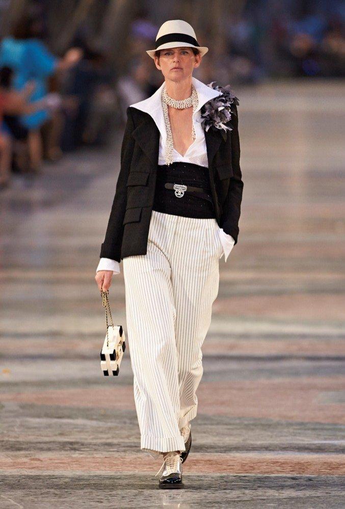 Stella Tennant otwierająca pokaz Chanel Cruise 2016/17