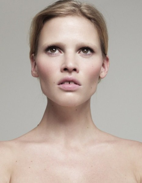 Naturalna  Lara Stone w Vogue Turkey