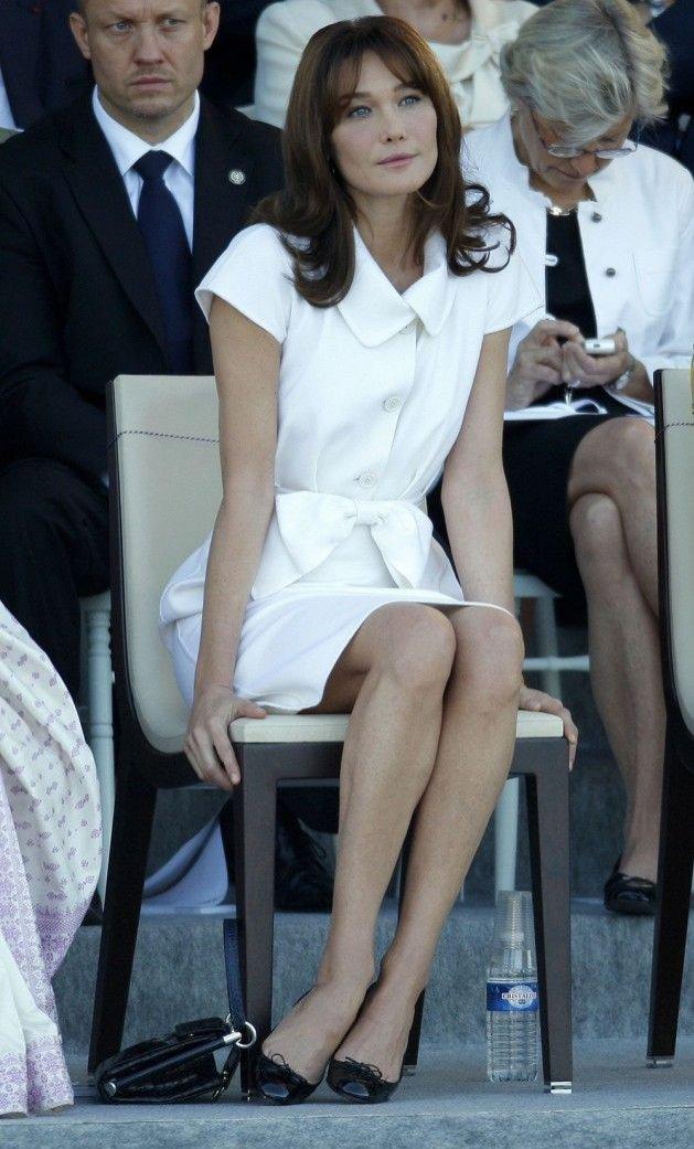 Stylizacja Carly Bruni - sukienka do kolan zgodna z protokołem dyplomatycznym