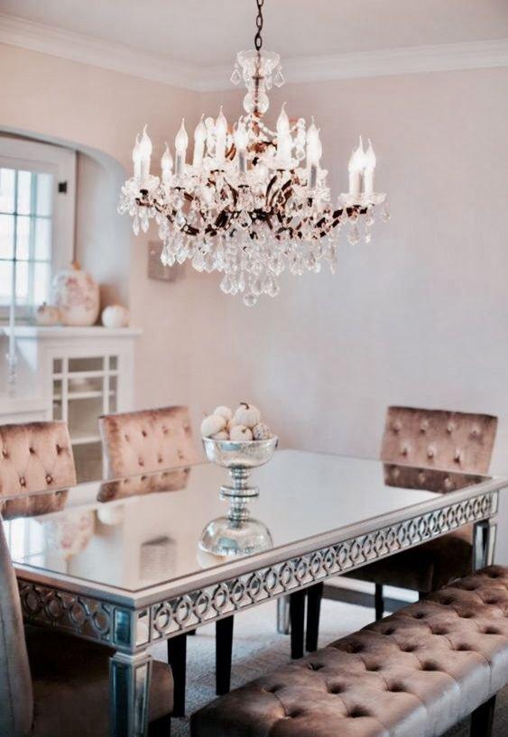 Kryształowe żyrandole we wnętrzach w stylu glamour
