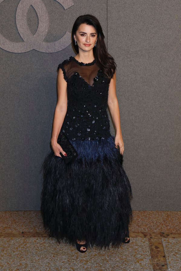 Penelope Cruz w sukni z pierzami - stylizacje 2018