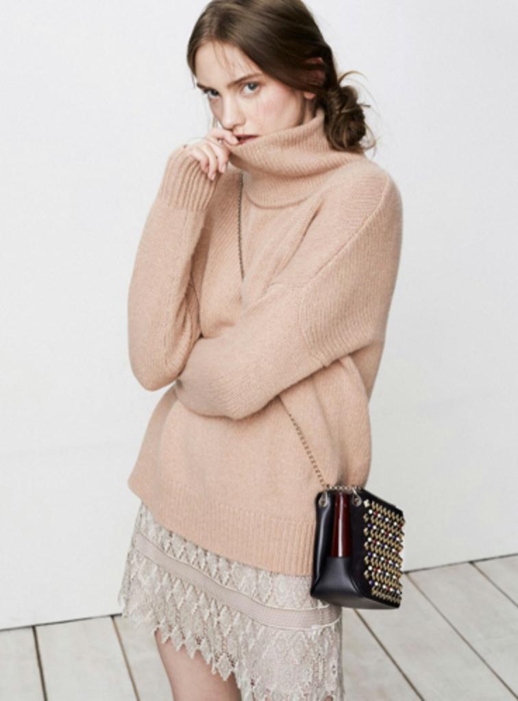 Sylwia Butor dla magazynu Grazia Australia - w różowym swetrze