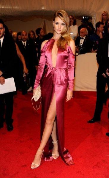 Rosie Huntington-Whiteley w kreacji Burberry podczas Metropolitan Costume Institue Gala w 2011 roku