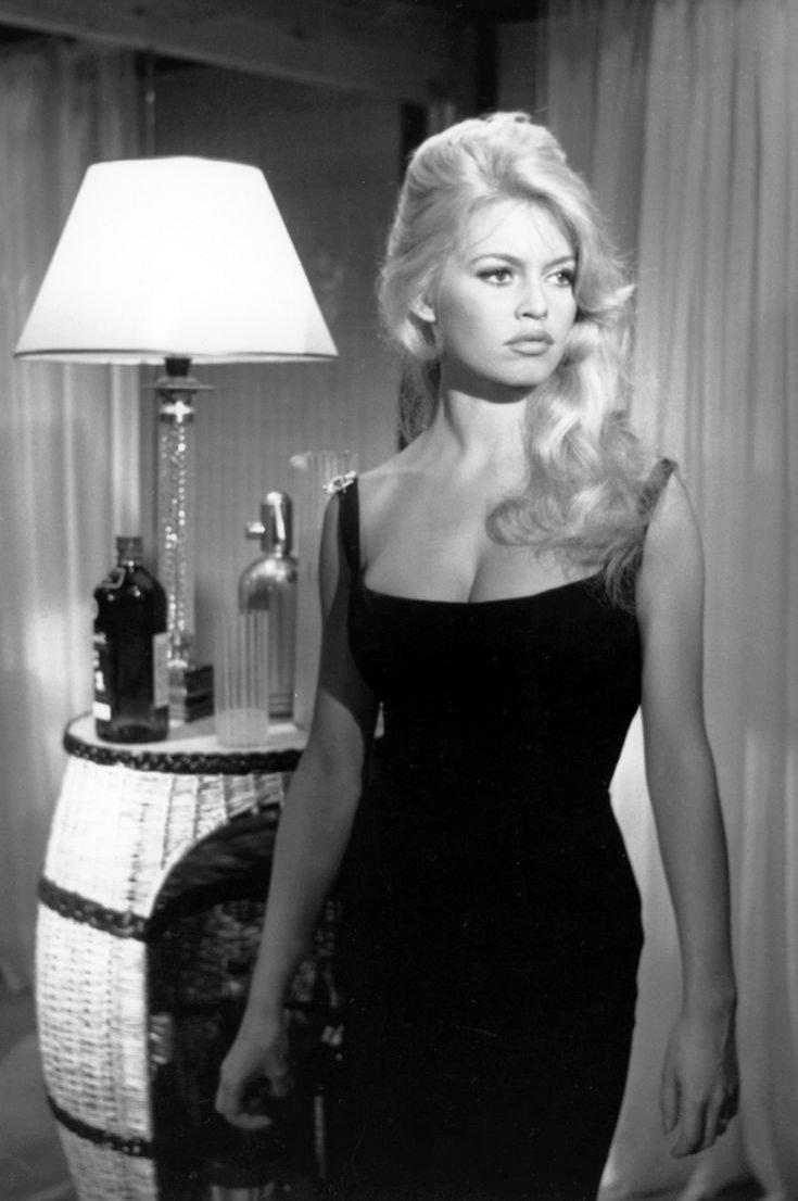 Brigitte Bardot w małej czarnej sukience na ramiączkach