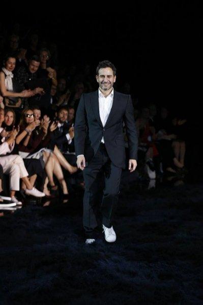 Marc Jacobs na finale swojego ostatniego pokazu dla Louis Vuitton
