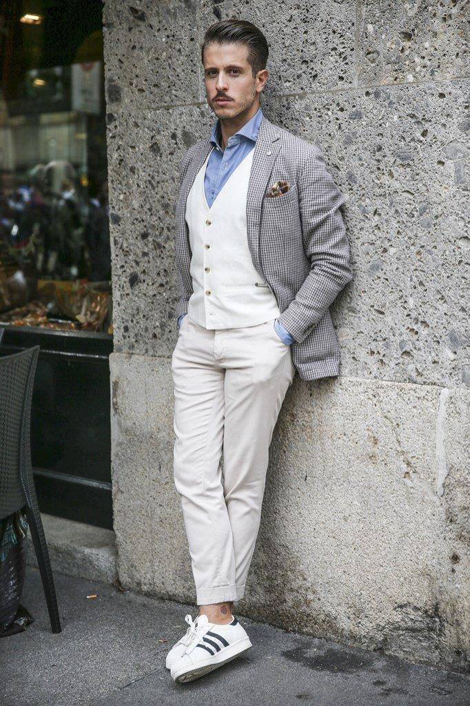 Elegancka stylizacja ze sneakersami