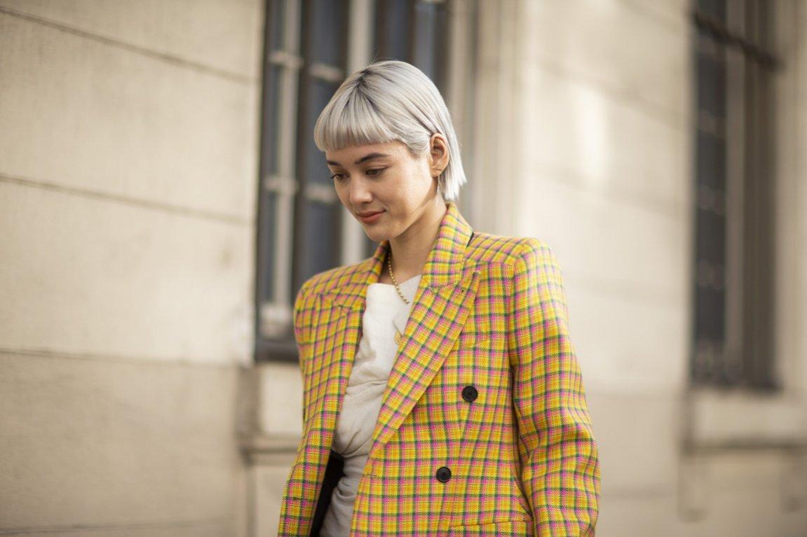 Krótkie blond włosy z grzywką