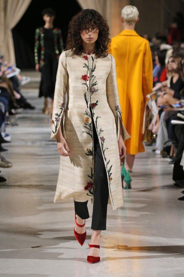 Płaszcz z haftowanym wzorem