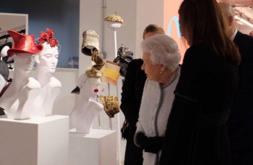 Królowa Elżbieta II odwiedza tydzień mody w Londynie