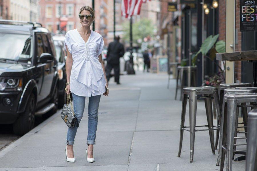 Białe szpilki + dżinsowe spodnie + biała koszula - moda uliczna wiosna lato 2019