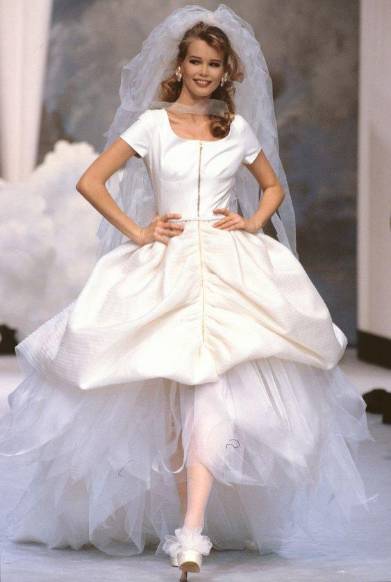Karl Lagerfeld dla Chanel: Claudia Schiffer w sukni ślubnej w latach 90.