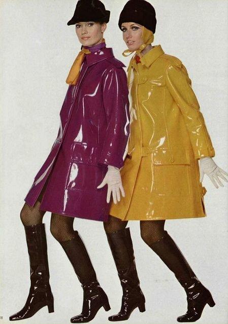 Moda lat 60. - winylowe płaszcze przeciwdeszczowe