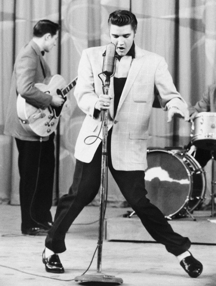 Elvis Presley w szerokiej marynarce