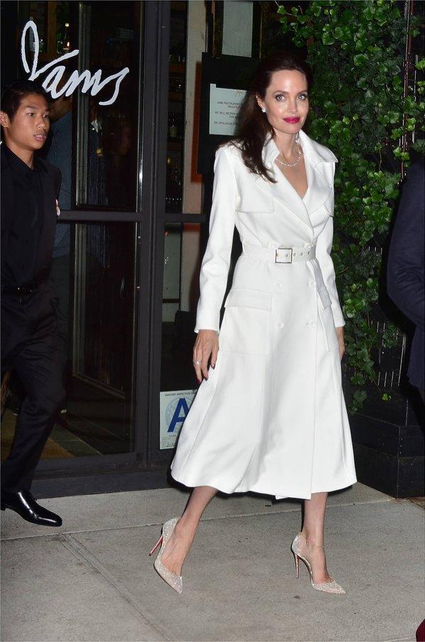 Angelina Jolie w białym płaszczu