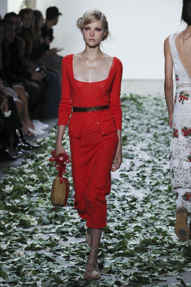 Czerwona sukienka - fason podkreślający talię