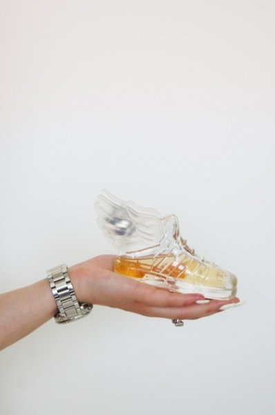 1. Basia Bugajska, redaktor LaMode.info, testuje nowy zapach Adidas Originals by Jeremy Scott