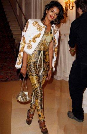 M.I.A w ubraniach Versace podczas pokazu  Versace Couture