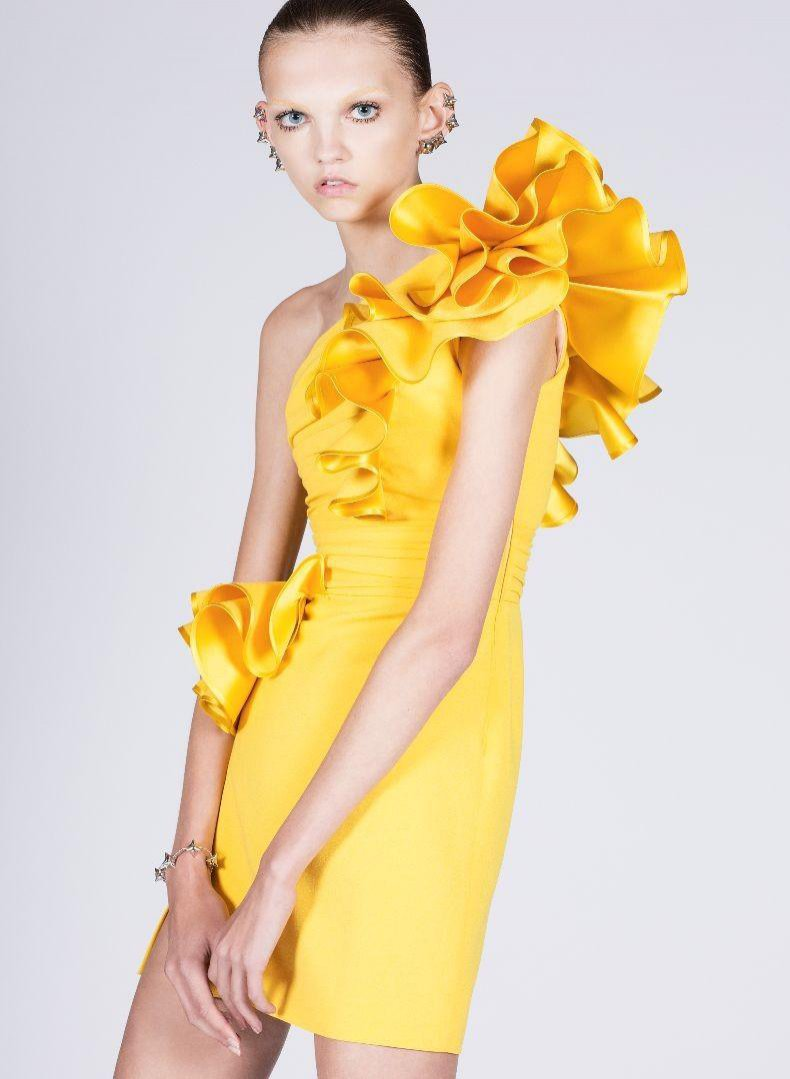 """MOLLY BAIR – modelka, której wyjątkowo szczupła sylwetka i charakterystyczne rysy rozbudziły dyskusję wokół zagadnienia """"anorexia chic"""". Szykanowana przez rówieśników w szkole, okazała się objawieniem świata mody. Odkryta na pchlim targu, podpisała kontrakt z Elite London i przed osiągnięciem pełnoletniości współpracowała z takimi domami mody jak Chanel, Fendi, Dries van Noten, Rick Owens czy Proenza Schouler."""