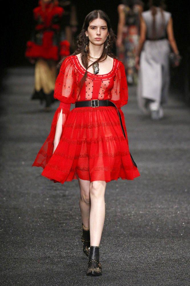 Czerwona sukienka Alexander McQueen