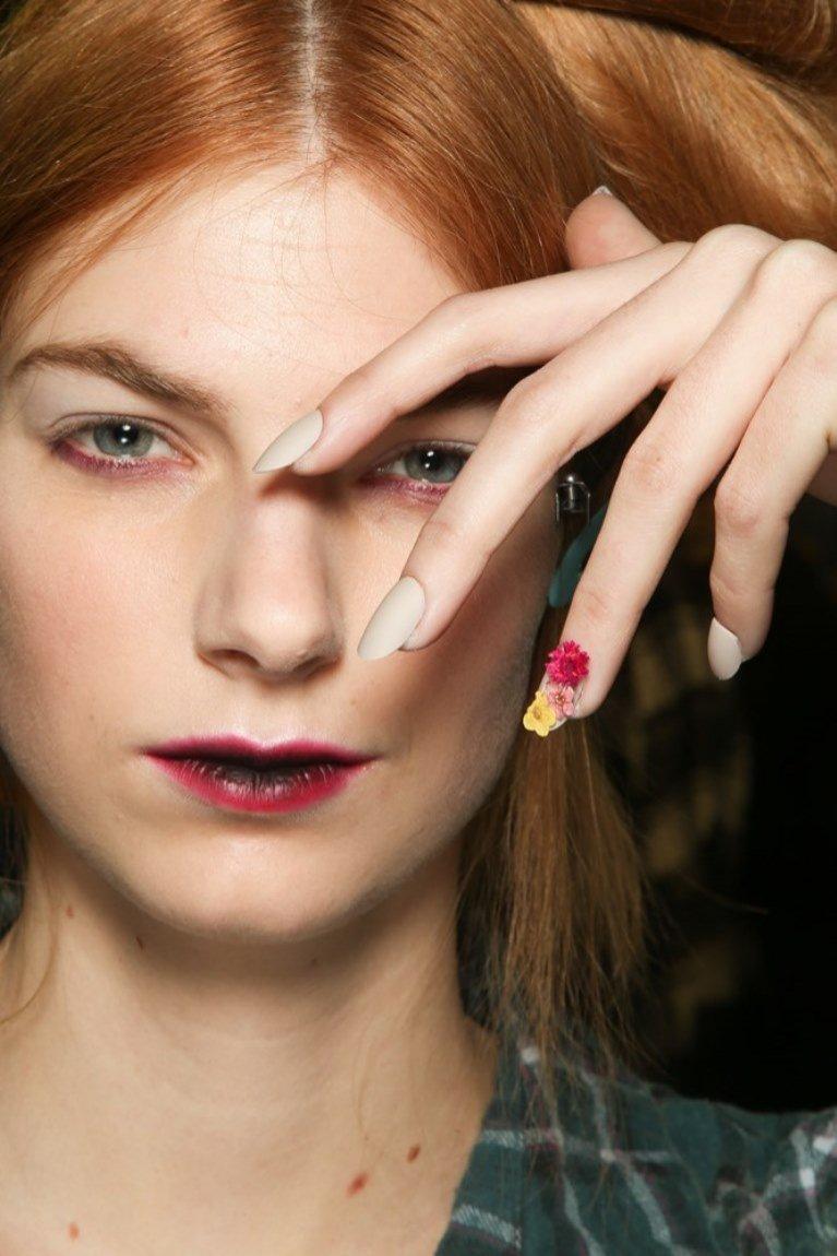 Manicure z kwiatkami (Antonio Marras)