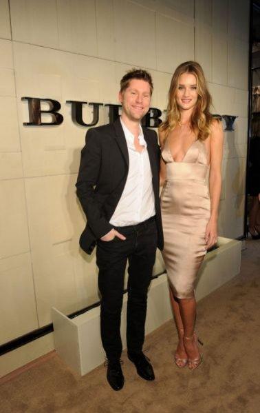 Christopher Bailey i Rosie Huntington-Whiteley na imprezie z okazji wprowadzenia zapachu Burberry Body
