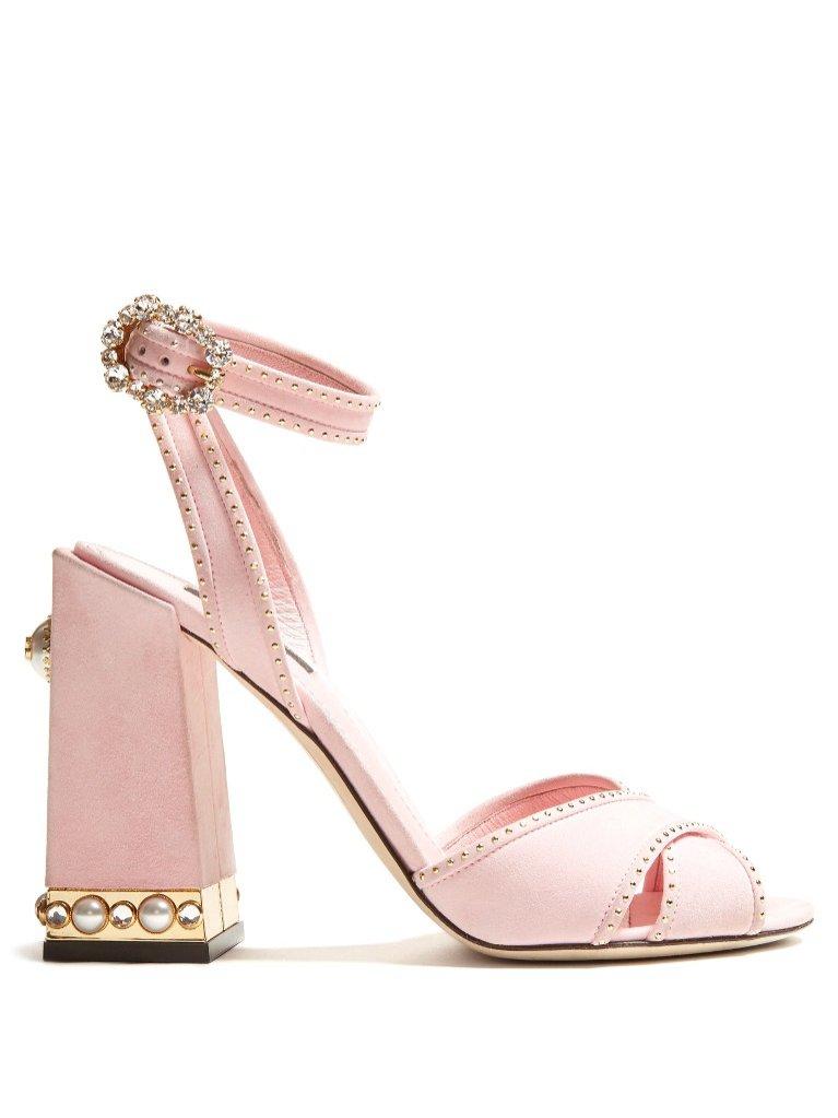 Różowe sandały na słupku z biżuteryjnymi dodatkami Dolce&Gabbana / Matchesfashion (3980 zł)