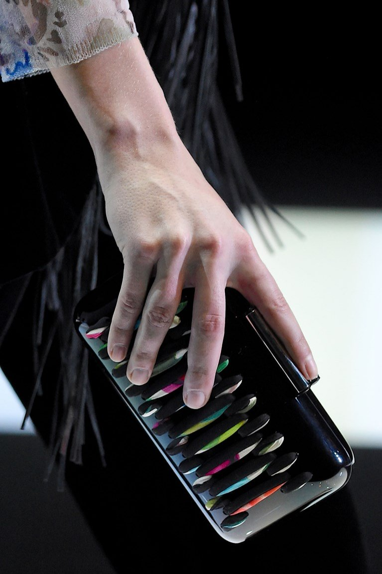 NIEPOMALOWANE PAZNOKCIE (u kobiety brak lakieru odbierany jest jako zaniedbanie, ale wystarczy sam bezbarwny lakier, żeby uzyskać właściwy efekt)