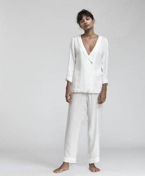 Biała piżama Oysho (koszula - 129 zł, spodnie - 99,90 zł)