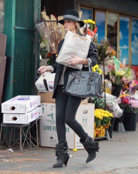 Rosie Huntington w projektach z kolekcji Isabel Marant dla H&M - marynarka 599 zł; buty 799 zł; spodnie 199 zł