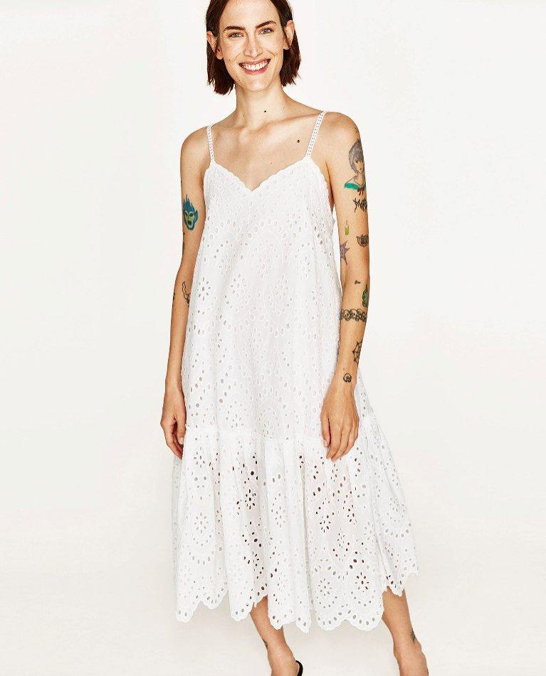 Biała ażurowa sukienka Zara (199 zł)