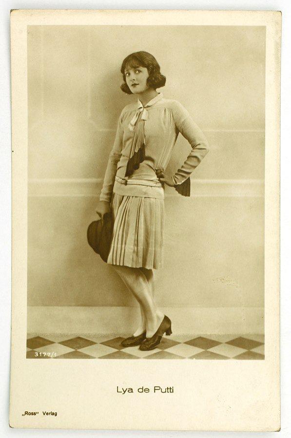 """Wystawa mody """"Kobieta dwudziestolecia. Ubiory damskie z lat 20. i 30. XX wieku - z kolekcji Adama Leja"""