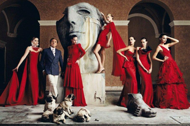 zdjęcia zwiastujące wystawę Valentino: mistrz couture