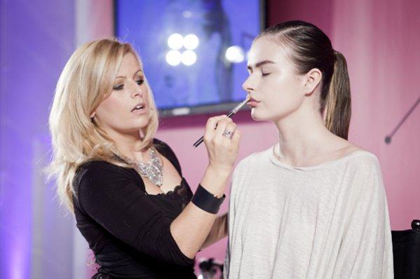 Debbie Finnegan - MAC Senior Artist - prezentuje trendy w makijażu na sezon wiosna lato 2012