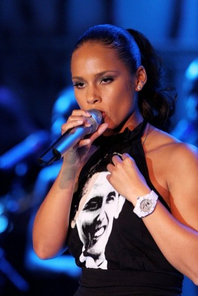 Alicia Keys z zegarkiem Toy Watch