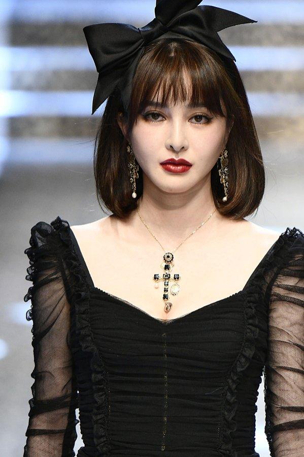 Dolce&Gabbana: fryzura z grzywką i kokardą