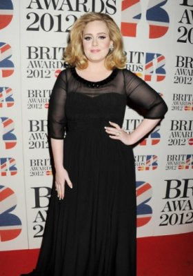 ADELE TRIUMFUJE PODCZAS BRIT AWARDS 2012 W KREACJI BURBERRY