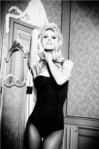 Claudia Schiffer w kampanii reklamowej Guess z okazji 30-lecia marki