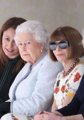 KRÓLOWA ELŻBIETA II ZAMIENIŁA TRON NA PIERWSZY RZĄD LONDON FASHION WEEK