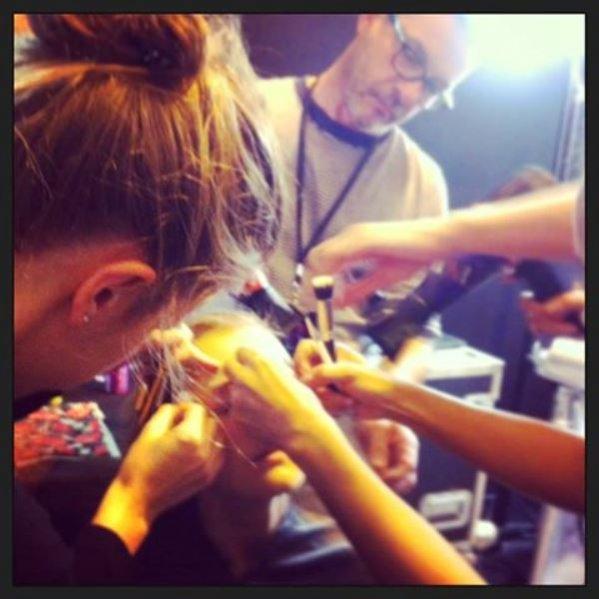 1. Dariia Day w czasie pracy na backstage'u pokazu Soni Rykiel w teamie Dick Page