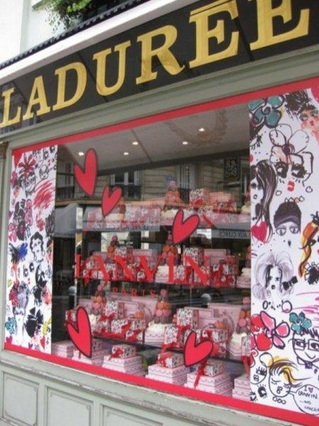 witryny z kolaboracji domu mody Lanvin i cukierni Ladurée