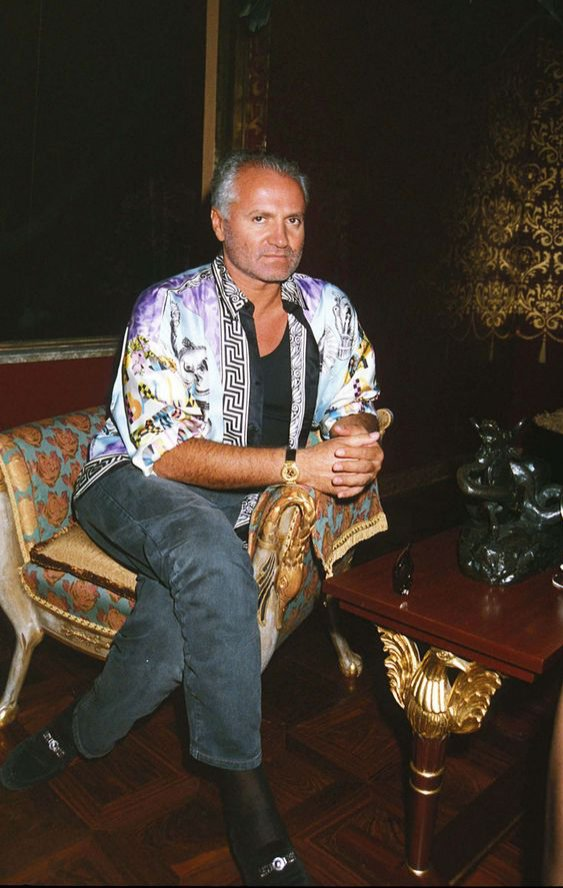 Gianni Versace - kreator mody w koszuli Versace