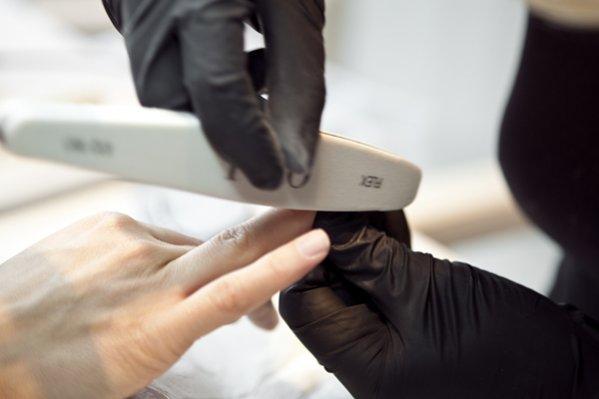 Przygotowanie płytki paznokcia – spiłowanie, wyrównanie, nadanie odpowiedniego kształtu
