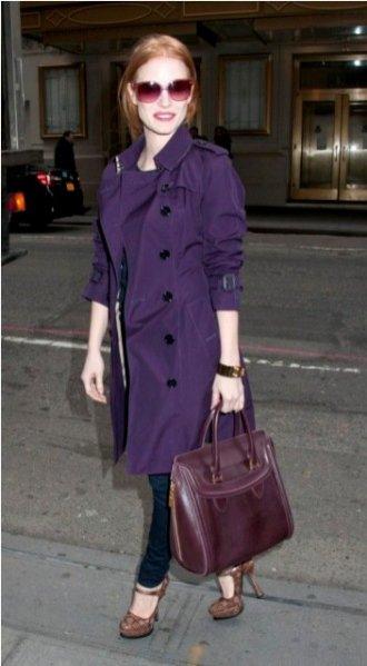 Jessica Chastain w jagodowym trenczu Burberry