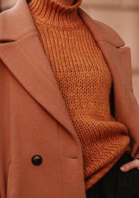 Najmodniejsze kroje płaszczów wełnianych i z czym je zestawiać