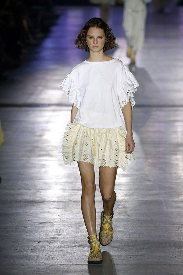 Mini spódnica w odcieniu pastelowej żółci - Alberta Ferretti, trendy wiosna lato 2019