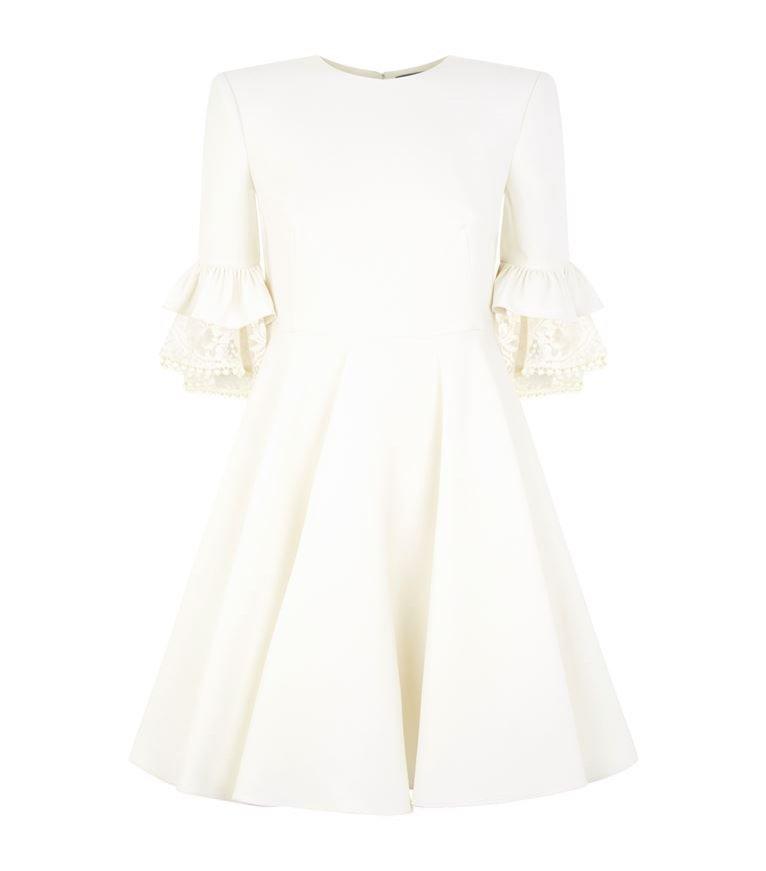 Sukienki dla niskich kobiet: mała, biała (Alexander McQueen/Harrods, 9200 pln)