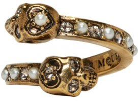 Pierścień wysadzany perłami, Alexander McQueen, 275 dolarów